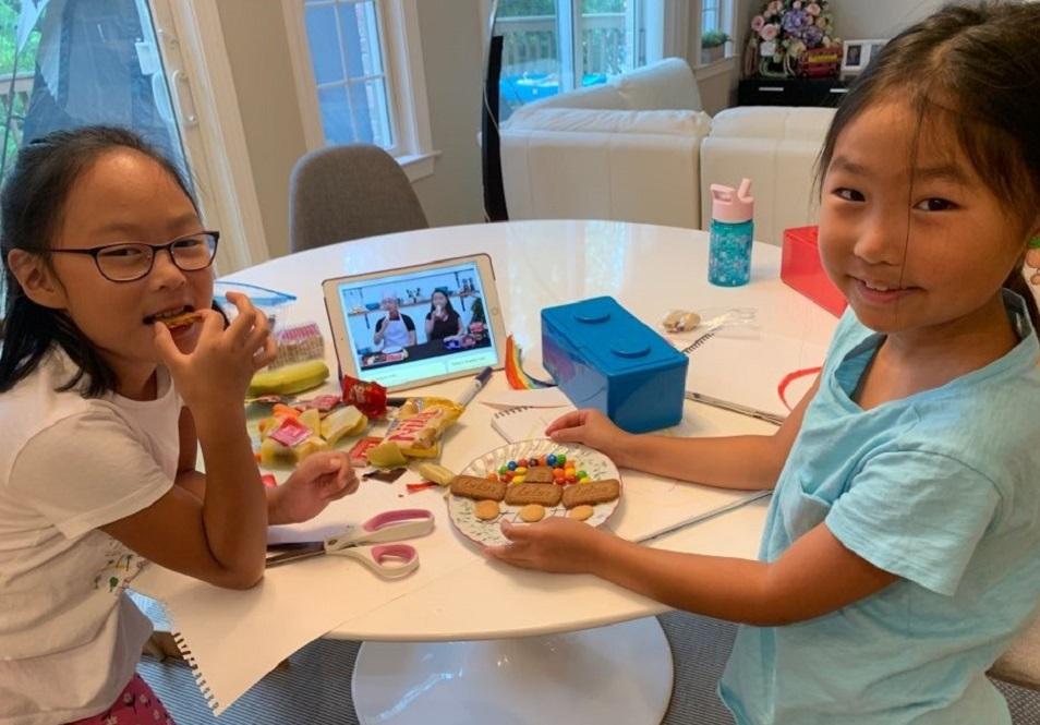 두 명의 어린이가 가정에서 여름성경학교 활동을 즐기고 있다. 한인연합감리교회들에 자료를 제공하는 Children's Ministry Initiative가 제작 배포한 것들이다. 사진 제공: Children's Ministry Initiative.