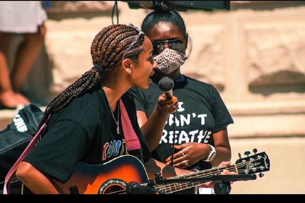L'activiste d'Indianapolis Taylor Hall interprète sa chanson « I Can't Breathe » (« Je ne peux pas respirer ») lors d'une manifestation pacifique en faveur de la justice raciale. Photo gracieuseté de Taylor Hall.