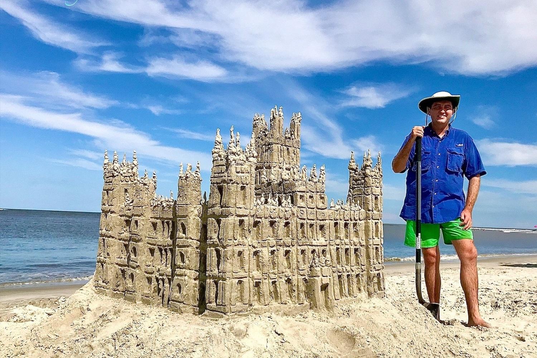 Dylan Mulligan, conocido como el hombre de arena de Georgia, construyó una réplica de castillo Highclere que aparece en la serie Downton Abbey. Su creación la realizó en la playa Gould's Inlet, en la isla Saint Simons, en Georgia. Le tomó siete horas y contiene unos cien galones de agua. Foto cortesía de Dylan Mulligan.