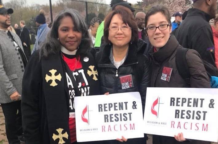 Metodistas Unidas defende a igualdade racial há mais de 40 anos. Foto (d-e): Dionne P. Boissier, Sung-ok Lee, Emily Jones, em um evento de 2018. Foto cortesia das Mulheres Metodistas Unidas