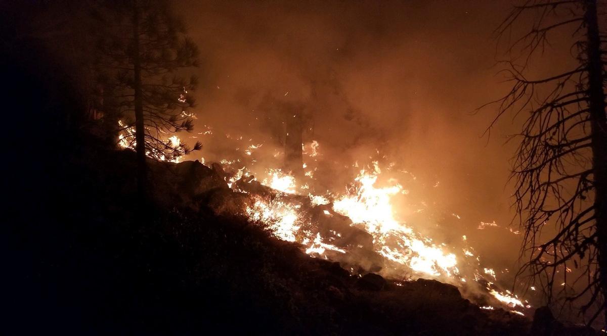 Incêndios florestais queimam durante uma noite de meados de agosto perto de Susanville, Califórnia. Uma série de incêndios florestais destruiu mais de 30.000 acres de terra ao redor de Susanville. Foto de Doug Magill, Exército dos EUA.