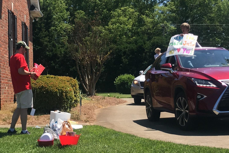 세지 가든 연합감리교회(Sedge Garden UMC) 교우들이 저스틴 로우 목사의 사택 앞에서 감사의 마음을 담아 카퍼레이드를 벌이고 있다. 사진 제공: 세지 가든 연합감리교회.