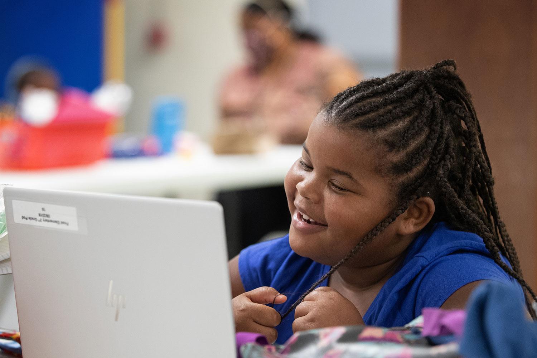 Crianças são boas em esconder seus sentimentos sob sorrisos, brincadeiras e diversões. Um simples ritual com uma lata de refrigerante nos ajudará a ajudá-los. Foto de Mike DuBose, UM News.