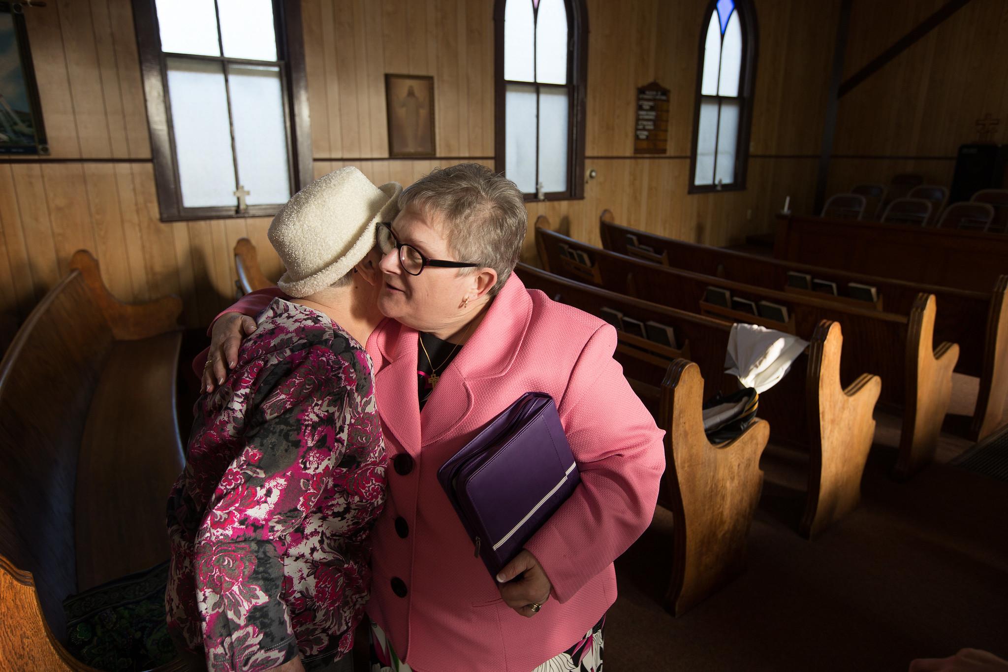 웨스트버지니아주 주니어 소재 벧엘 연합감리교회 부활절 예배에서 주디 플린(우측) 목사가 카르먼 예이거를 환영하고 있다. 사진 제공: 마이크 두보스, 연합감리교회 뉴스.