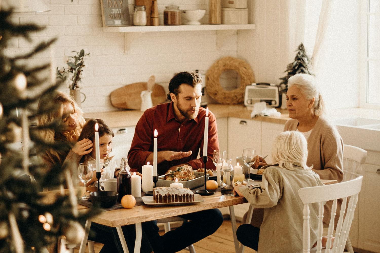 Os feriados se aproximam depois de uma temporada política divisiva. Essas dicas simples ajudarão você a restaurar a paz em seus relacionamentos. Foto de cottonbro por Pexels.