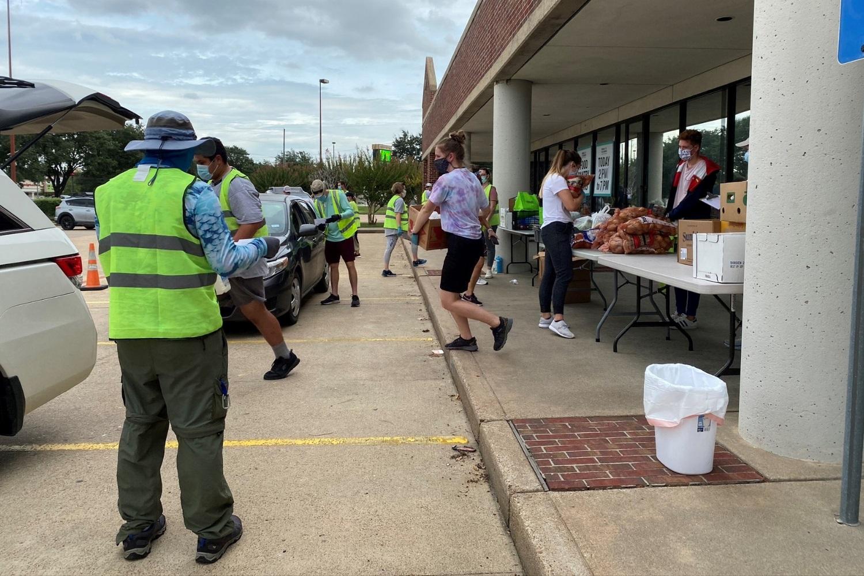 음식 나눔의 날 BFT 봉사자들이 분주하게 움직이고 있다. 사진 제공: 한나 코너