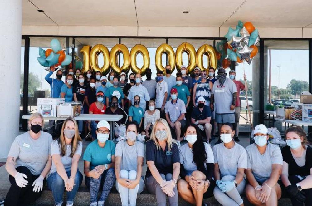 브리징 포 투머로우의 직원과 봉사자들이 2020년에 백만 파운드의 식량을 배포한 이정표를 기념하며 찍은 사진이다. 이는 매년 13,000파운드 정도에서 기하급수적으로 증가한 것이다. 사진 제공: 브리징 포 투머로우.