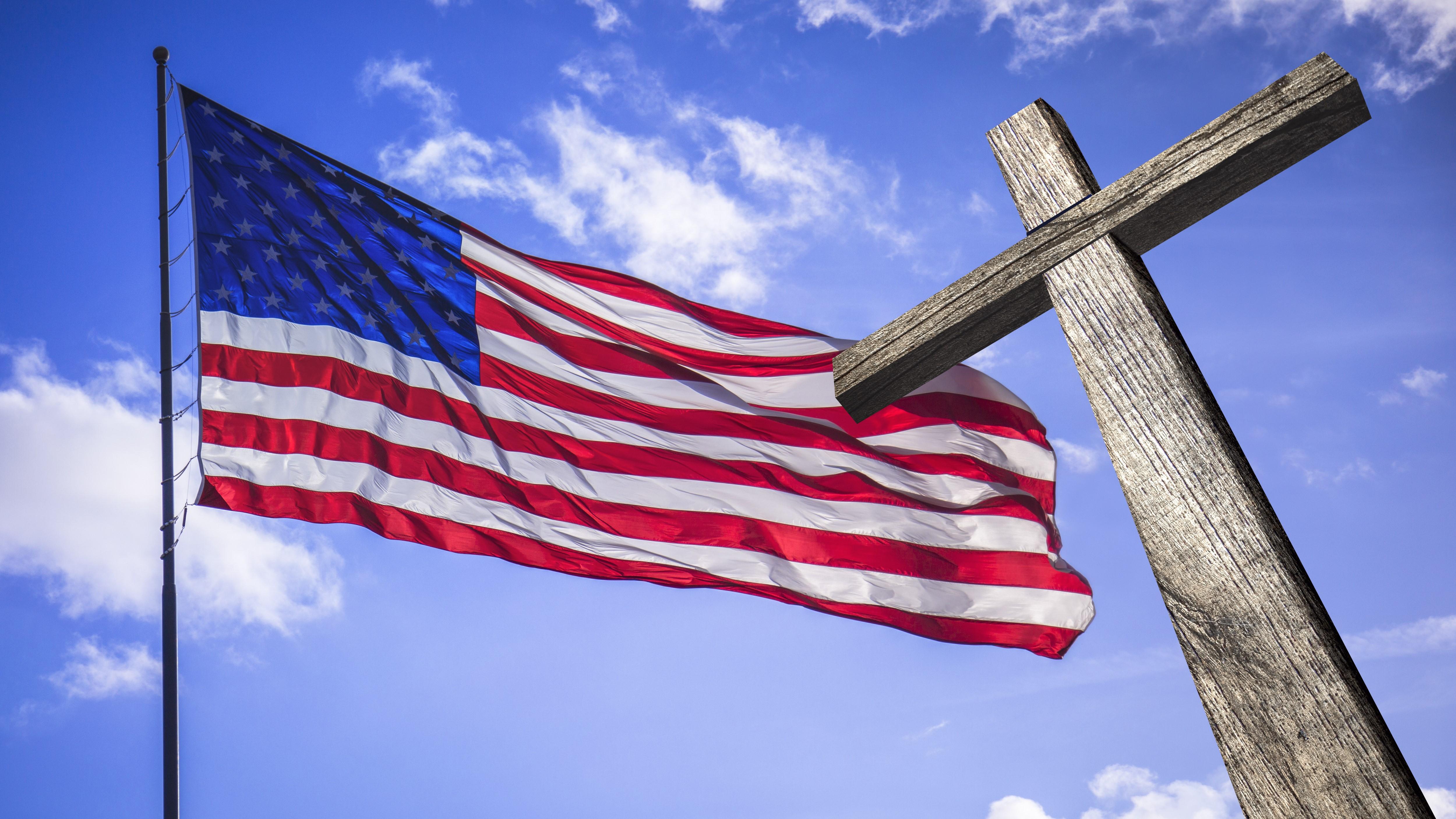 A bandeira dos Estados Unidos e a cruz simbolizando nacionalismo cristão