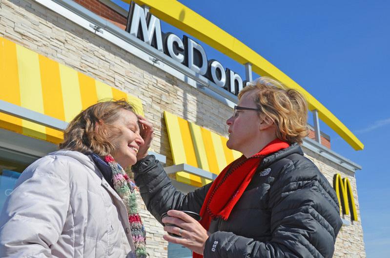 A Revda. Stephanie Vader, da Igreja Metodista Unida Emmanuel em Scaggsville, Maryland, aplica cinzas em um estacionamento do McDonald's. Foto de Alison Burdett, Conferência Baltimore-Washington.