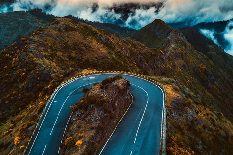 A road in Portugal turns back in the other direction. Image by David Mark, courtesy of Pixabay.