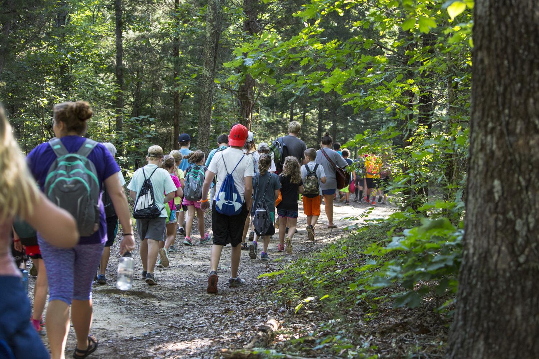 사진: 캠프 첫날 산길을 거닐며 가졌던 경건의 시간은 사라 쇼가 예수님과 함께 걷는 평생의 여정을 시작한 첫걸음이었다. 사진 제공: 캐트린 배리, 연합감리교회 공보부.
