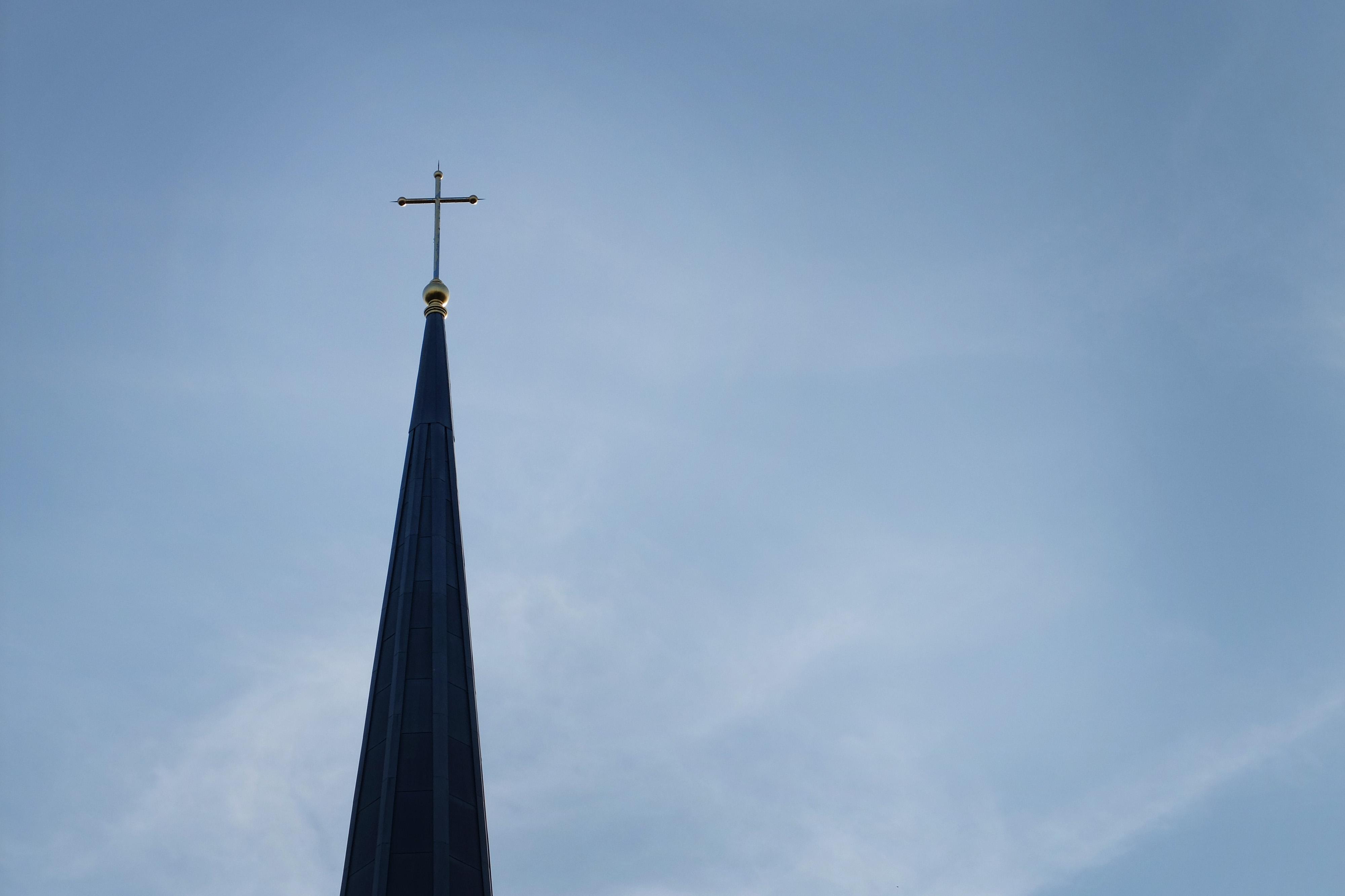La cruz que descansa sobre el campanario de la capilla de Perkins School of Theology, en el campus de Southern Methodist University, en Dallas. Foto por Kathleen Barry, Comunicaciones Metodistas Unidas.