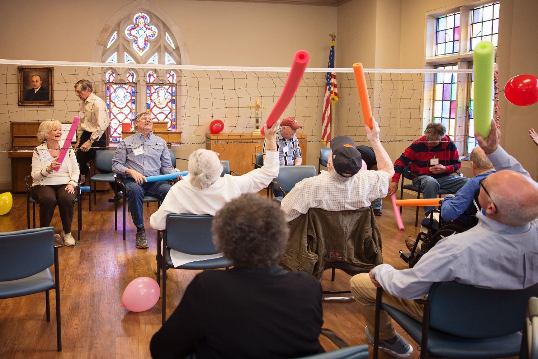 풍선 배구는 앨라배마주 몽고메리의 제일연합감리교회가 운영하는 치매 환자 돌봄 프로그램인 임시 간병 사역에서 행하는 여러 활동 중 하나이다. 사진 제공: 임시 간병 사역